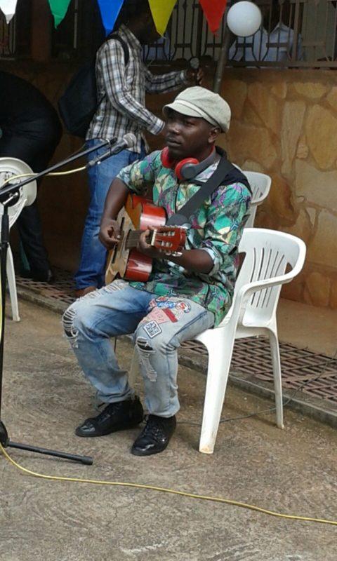 """Un cantante di """"strada""""."""